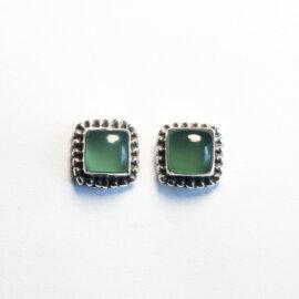 Rohelise oonüksiga hõbedast kõrvarõngad, 8 x 8 mm