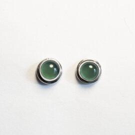 Rohelise oonüksiga hõbedast kõrvarõngad, 7 mm
